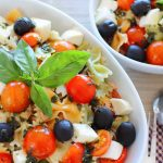 Ensalada de pasta, con atún, mozzarella y aceite de albahaca