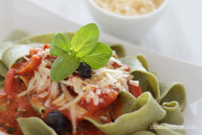 Pasta fresca de albahaca con salsa de tomates cherry
