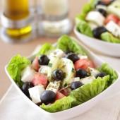 Ensalada griega con queso feta, pepino y aliño de orégano