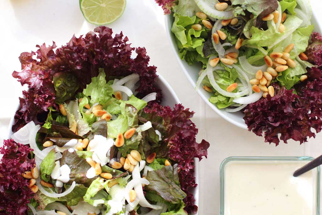 ensalada verde de lechugas y aliño de yogur