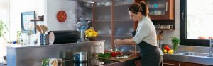 Rosa Ventura cocinando