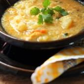 Caldo de papas y huevos con cilantro, un plato rico, fácil y barato