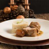 Solomillo de cerdo en salsa de higos, puré de batata y chalotas glaseadas