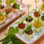 Pinchos de queso blanco, tomates cherry y albahaca
