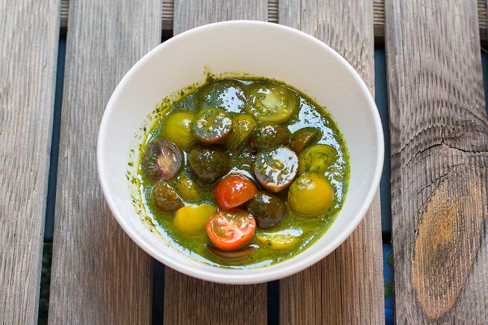 tomates cherry macerados en aceite de albahaca