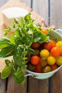 Tomates, queso blanco y albahaca fresca