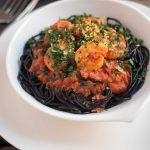 espaguetis negros con tomates y gambas