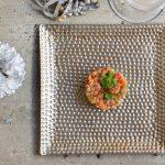 Tartar de salmón ahumado de Uga y aguacate con pasas