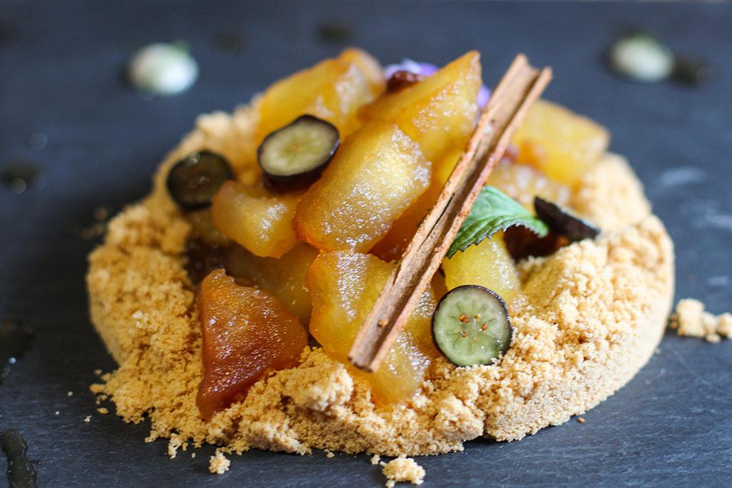 Manzana cocinada al vacío con canela y tierra de galletas
