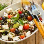 Ensalada de quinoa tricolor al estilo griego, sabor y frescor en tu plato