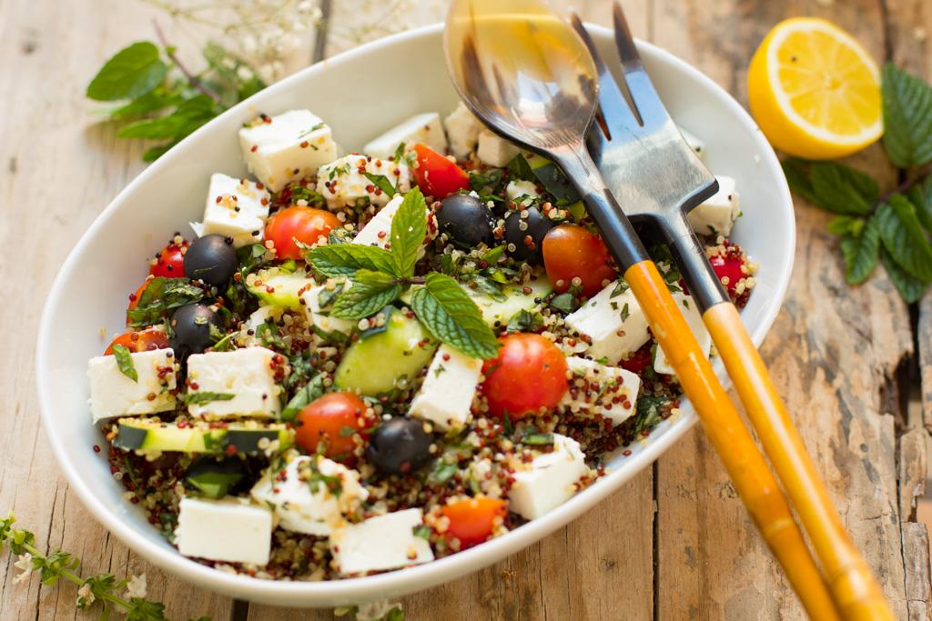 ensalada de quino tricolor al estilo griego