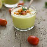 crema de aguacate con tomates aliñados