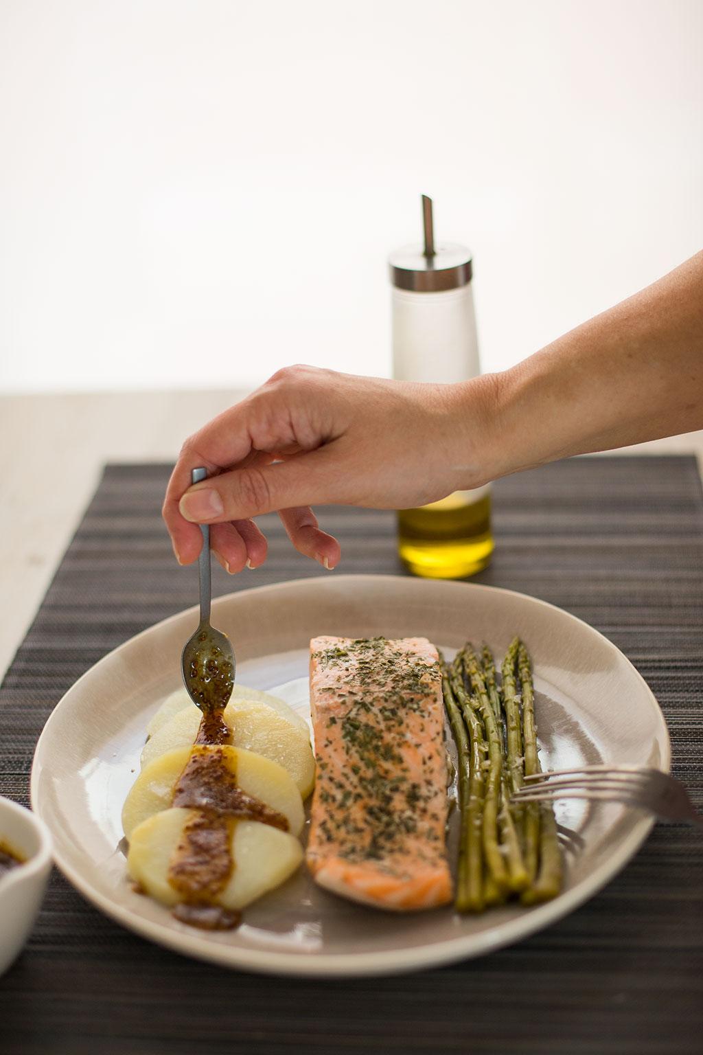 salmón al vapor en microondas con espárragos y salsa de mostaza