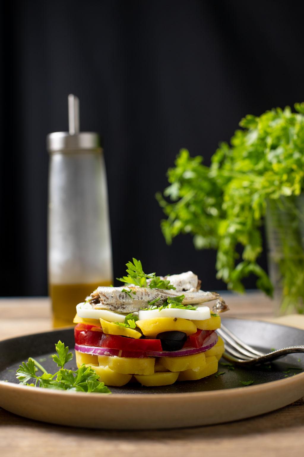 ensalada de verano con papa negra y sardinillas